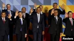 지난해 11월 필리핀 마닐라에서 열린 아태경제협력체, APEC 정상회의에서 바락 오바마 미국 대통령(가운데)을 비롯한 정상들이 기념촬영을 하고 있다.