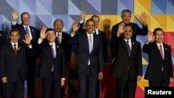 លោកប្រធានាធិបតី បារ៉ាក់ អូបាម៉ា (រូបកណ្តាល) និងមេដឹកនាំផ្សេងទៀតនៃសមាជិក២១នាក់ក្នុងកិច្ចប្រជុំកិច្ចសហប្រតិបត្តិការសេដ្ឋកិច្ចអាស៊ីប៉ាស៊ីហ្វិក ឬ APEC បក់ដៃដាក់សារព័ត៌មានបន្ទាប់ការថតរូបជាលក្ខណៈគ្រួសារជាផ្លូវការ នៅក្នុងក្រុងម៉ានីល កាលពីថ្ងៃទី១៩ ខែវិច្ឆិកា ឆ្នាំ២០១៥។