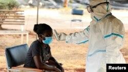 Owesifazane Uhlolwa Ukuba enganba elegcikwane le Coronavirus eHarare.