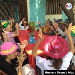Las cuidadoras de 23 ancianos en la Casa Hogar San Vicente de Paúl de Venezuela se turnan en guardias de 30 días continuos durante la pandemia.