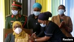 Prezidan Tannzani a, Samia Suluhu Hassan, ki t ap resevwa yon dòz vaksen Johnson & Johnson kont maladi kowonaviris la (KOVID-19) nan palè nasyonal la nan Dar es Salaam, nan dat 28 jiyè 2021 an.