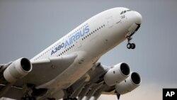 Archivo - En esta foto del 18 de junio de 2015 se ve un Airbus A380 despegando para su vuelo de demostración en la Feria Aérea de París en el Aeropuerto Le Bourget.