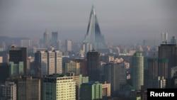 Hotel Ryugyong, bangunan tertinggi yang sedang dibangun di Korea Utara, di Pyongyang (5/5). (Reuters/Damir Sagolj)