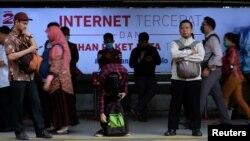Suasana di Stasiun Sudirman, Jakarta, 9 Agustus 2016. (Foto: Reuters)