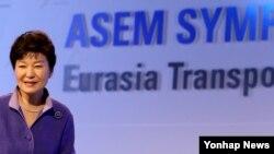 박근혜 한국 대통령이 10일 서울에서 열린 유라시아 교통물류 국제심포지엄 개막식에서 축사를 마친 뒤 단상에서 내려오고 있다.