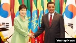 에티오피아를 국빈 방문 중인 박근혜 한국 대통령(왼쪽)이 26일 아디스아바바 대통령궁에서 물라투 대통령과 만나 악수하고 있다.