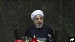 El presidente iraní Hassan Rouhani habla durante una sesión de debates en el parlamento.