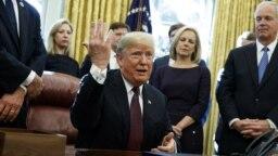 Tổng thống Trump trả lời các cậu hỏi của phóng viên về cuộc điều tra của Công tố viên Đặc biệt Robert Mueller trong Phòng Bầu Dục, ngày 16 tháng 11, 2018.