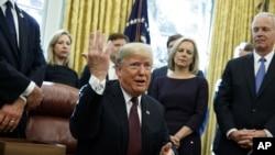 特朗普總統在白宮橢圓形辦公室回答記者問題。 (2018年11月16日)