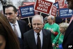 مارک جینس در میان هواداران خود، روز دوشنبه، در برابر دیوان عالی آمریکا