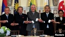 美國國務卿蒂勒森(中)5月4日在國務院與東盟國家外長會面。