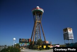 The Sombrero Tower at the South of the Border complex, Dillon, South Carolina. (Credit: RoadsideAmerica.com)