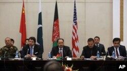 El canciller afgano, Salahuddin Rabbani (centro) reiteró el llamado al Talibán para que se una a las conversaciones de paz.