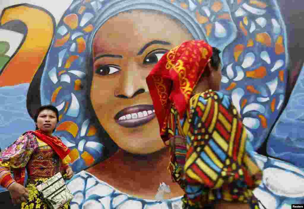 Žene naroda Yala prolaze pokraj grafitija u Panama Cityju, u Panami.