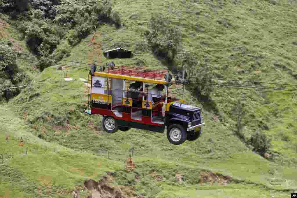 کولمبیا میں ایک ٹرک نما کیبل کار۔