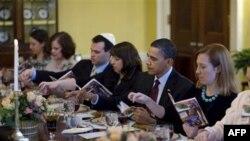 Obama yahudiylarga tabrik yo'llar ekan, bu ayyom ozodlikni sharaflashini aytib, Isroil xalqiga tinchlik, farovonlik tiladi