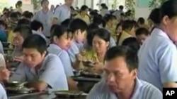 中國製造業工廠的工人正在食堂吃飯