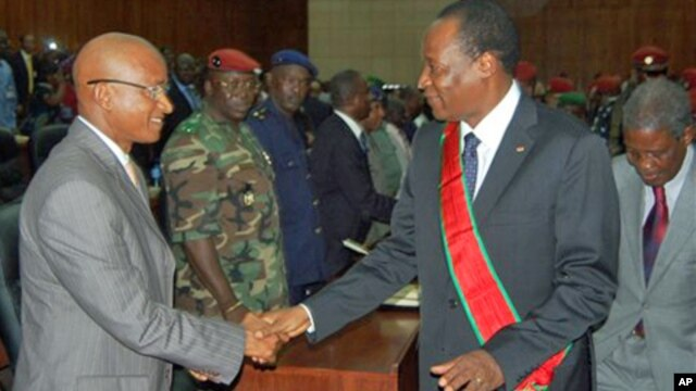 Burkina Faso President Blaise Compaore, right, greets Guinea presidential frontrunner Cellou Dalein Diallo, as he meets with members of the transitional government and presidential candidates at the People's Palace in Conakry, Guinea (file photo – 03 Aug.
