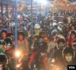 RIbuan pengendara sepeda motor memadati Pelabuhan Merak (27/8).
