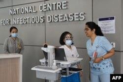 Anggota staf medis bersiap untuk prosedur pra-pemeriksaan di Pusat Penyakit-penyakit Menular Nasional di Rumah Sakit Tan Tock Seng di Singapura, 31 Januari 2020. (Foto: AFP)