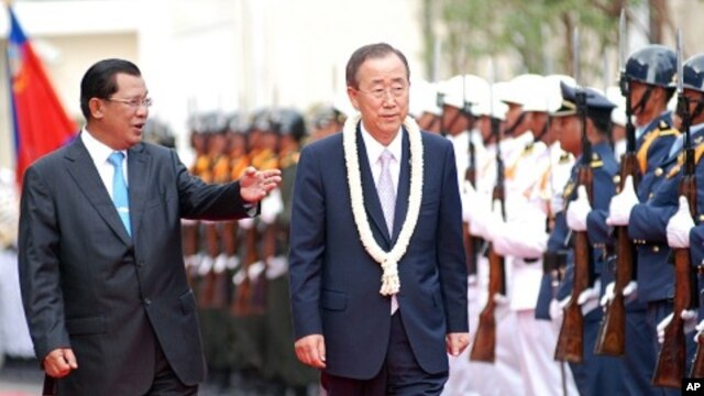 Cambodian President Hun Sen, left and UN Secretary-General Ban Ki-moon inspect honor guard in Phnom Penh, 27 Oct 2010