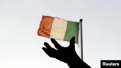 Bendera Irlandia berkibar di Dublin, 5 Desember 2011. (Foto: Reuters/arsip)