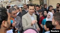 Սիրիայի նախագահ Բաշար ալ-Ասադը՝ Էյն ալ-Թինահ գյուղ ապրիլի 20-ին կատարված այցի ընթացքում