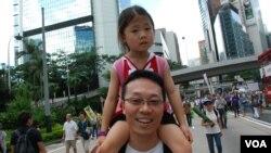 移民美國的高先生仍關心香港社會問題,帶同5歲的女兒參加遊行 (美國之音湯惠芸拍攝)