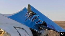 Bagian dari ekor pesawat penumpang Rusia, Metrojet Airbus A321 yang jatuh di kawasan Semenanjung Sinai, Mesir Sabtu (31/10).