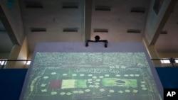 میچ دیکھانے کے لیے اسکرین آویزاں کی جارہی ہے