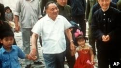 中共前領導人鄧小平與他的孫子(左一)和外孫女的合影。