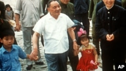 中共前领导人邓小平与他的孙子(左一)和外孙女的合影