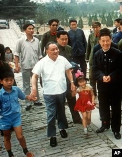 1993年5月中共前领导人邓小平与他的孙子(左一)和外孙女出游合影。