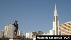 A estátua de Samora Machel e a Catedral de Maputo, na Praça da Independência. Moçambique Setembro 2014