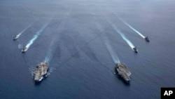 美国海军照片:尼米兹号和里根号航空母舰组成的双航母战斗群7月6日在南中国海航行。(2020年7月6日)
