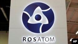 ស្លាកសញ្ញាក្រុមហ៊ុន Rosatom ដែលជាក្រុមហ៊ុននុយក្លេអ៊ែរផ្តាច់មុខរបស់រដ្ឋក្នុងប្រទេសរុស្ស៊ី ត្រូវបានគេថតនៅការតាំងពិពរណ៍នុយក្លេអ៊ែរពិភពលោកឆ្នាំ២០១៤ នៅក្នុងសង្កាត់ Le Bourget កាលពីថ្ងៃទី១៤ ខែតុលា ឆ្នាំ២០១៤។