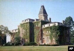 康奈尔大学校园大约1870年建造的麦克格罗礼堂(资料照)