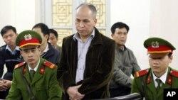 Blogger bất đồng chính kiến Phạm Viết Ðào đứng trước tòa án Tòa án Nhân dân Thành phố Hà Nội, ngày 19/4/2014.