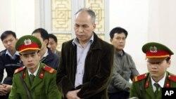 Blogger Phạm Viết Ðào nguyên là một quan chức của Bộ Văn hóa. Ông bị tuyên án 15 tháng tù ngày 19/3 về tội gọi là 'lạm dụng các quyền dân chủ xâm phạm lợi ích nhà nước', chiếu theo Điều 258 của Bộ Luật Hình sự.