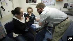 Algunos médicos han recomendado observar mas detalladamente al paciente antes de proceder a recetar una carga antibiótica.