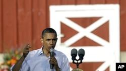 图为奥巴马总统8月15日在爱奥华州一处市民大会上