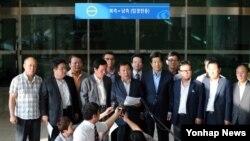개성공단기업협회 한재권 회장(가운데)이 23일 파주시 경의선 남북출입사무소에서 기자회견을 열고 성명서를 낭독하고 있다.