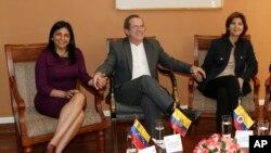 El canciller ecuatoriano Ricardo Patiño fue el anfitrión de la reunión de cancilleres de Venezuela, Delcy Rodríguez (izquierda), y de Colombia, María Ángela Holguín.