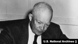 Predsednik Ajzenhauer potpisuje Zakon o građanskim pravima (Ljubaznošću: U.S. National Archives)