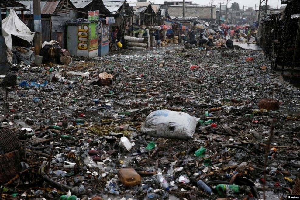 지난 4일(현지시간) 허리케인 매튜에 따른 폭우로 침수됐던 아이티 수도 포르토프랭스 거리에서 물이 빠지고 있는 모습.