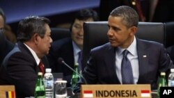 Indonesia's President Susilo Bambang Yudhoyono (L) speaks to President Barack Obama during the Nuclear Security Summit at the Convention and Exhibition Center in Seoul, March 27, 2012.