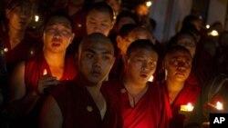 ພະທິເບດພັດຖິ່ນ ທີ່ສໍານັກ Dharmsala, ປະເທດອິນເດຍ, ພາກັນໄຕ້ທຽນ ສວດມົນ ເມື່ອໄດ້ຍິນຂ່າວພະສອງອົງຈູດໄຟເຜົາໂຕຕາຍ ໃນເຂດທິເບດຂອງຈີນ, ວັນທີ 26 ກັນຍາ 2011.