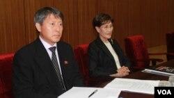 국제태권도연맹 ITF 신임총재로 선출된 북한의 리용선 조선태권도위원회 부위원장 (왼쪽). 오른쪽은 최홍희 전 ITF총재의 부인 한춘희 씨. (자료사진)
