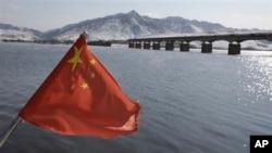 올해 2월 북-중 국경지역을 잇는 허커우 다리 위로 펄릭이는 중국 인민기.