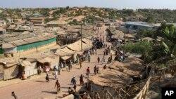 ဘဂၤလားေဒ့ရွ္ႏိုင္ငံ Cox's Bazar ရွိ Kutupalong ဒုကၡသည္စခန္းက ရိုဟင္ဂ်ာ ဒုကၡသည္တခ်ိဳ႕ (ဧၿပီ ၁၂၊ ၂၀၂၀)